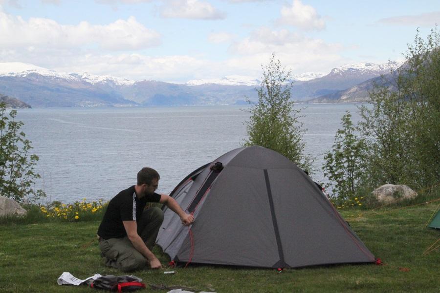 Łukasz rozpracowuje temat namiotu
